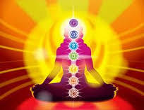 cuerpo energético con los 7 principales chakras absorbiendo energía Reiki