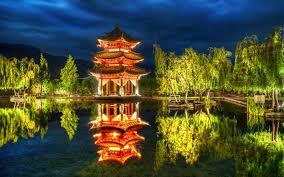 templo de Japón reflejado sobre agua
