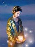 mujer oriental llevando vela que simboliza la energía Karuna Reiki
